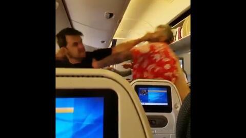 En video: Arrestan a un estadounidense por agredir a varios pasajeros y...