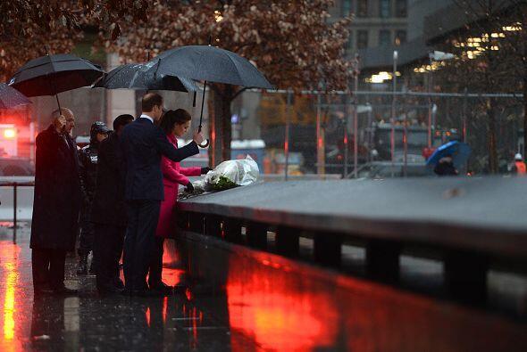 Los duques no dudaron en rendir honor a las víctimas caídas en ese lugar.