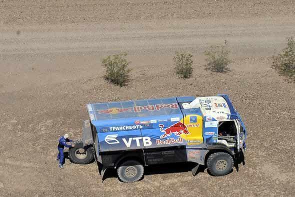 Cambiar una llanta de un camión a la mitad del desierto no debe ser una...