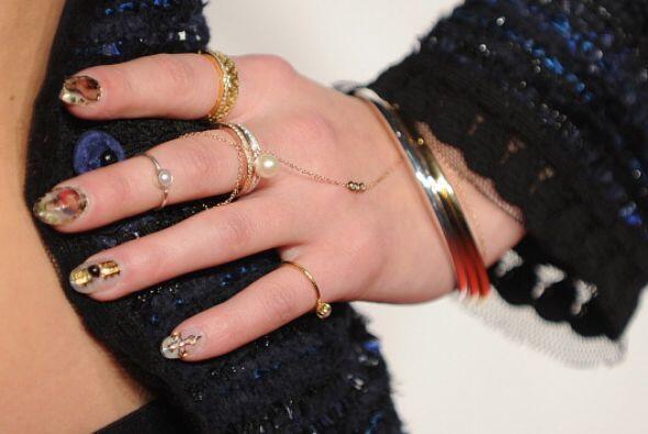 ¡Juega con este femenino accesorio! Mezcla tu anillo con cadena junto co...