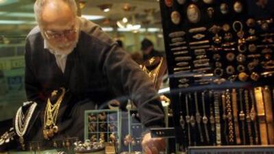 El oro marca nuevo récord en Nueva York al cerrar a 1.498,9 dólares por...