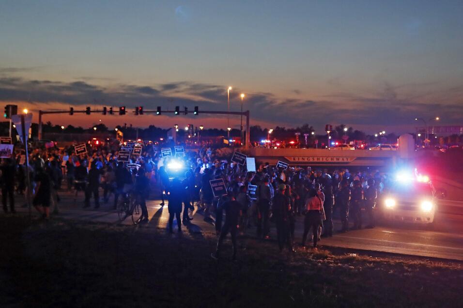 La marcha continuó y creció durante la noche. A su paso, c...