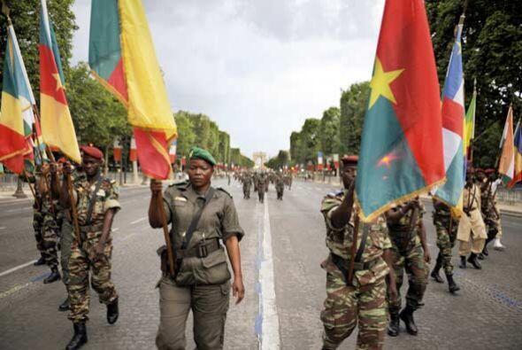 En honor del 50 aniversario de la descolonización marcharon unidades mil...