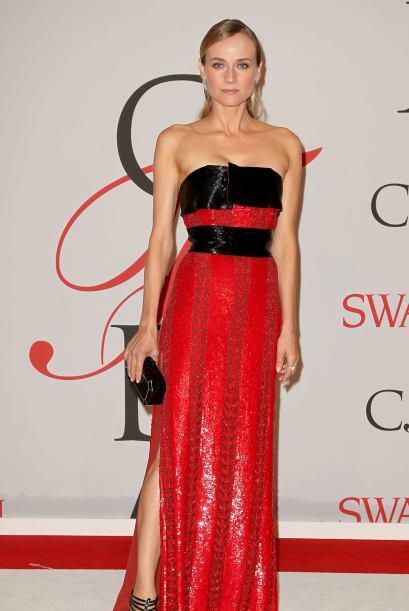 Un vestido con un diseño vanguardista y en tono carmín te hará brillar a...