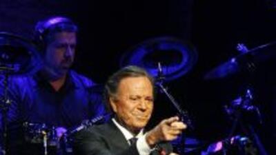 Julio Iglesias es considerado porBerklee como uno de los diez artistas...