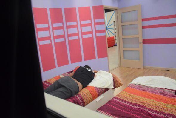 Entramos al cuarto de las mujeres y nos topamos con George durmiendo.