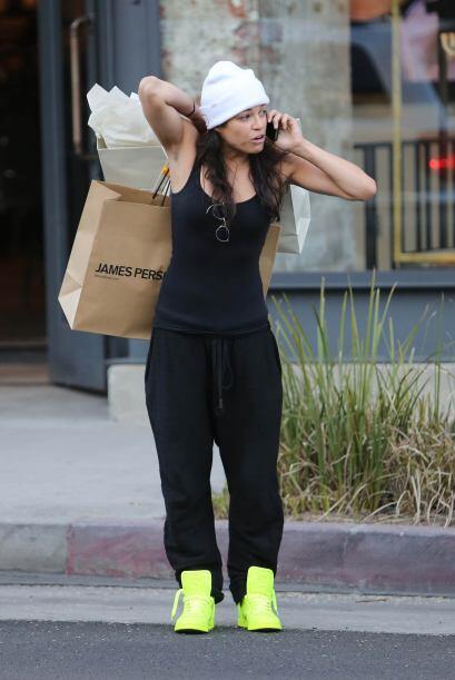 Michelle cargaba sus bolsas con una sola mano. Mira aquí lo último en ch...