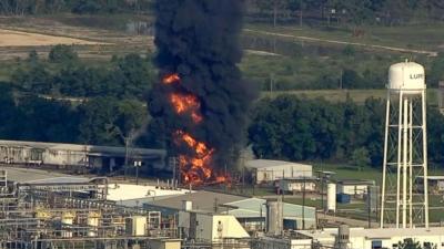 La columna de humo negro que se eleva en la planta química Arkema en Cro...
