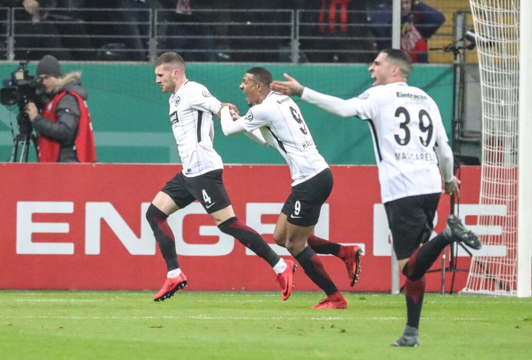 En fotos: Frankfurt, con participación de Fabián y Salcedo, está en semi...