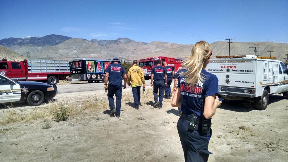 Un equipo del Departamento de Bomberos de Riverside regresa a sus vehículos