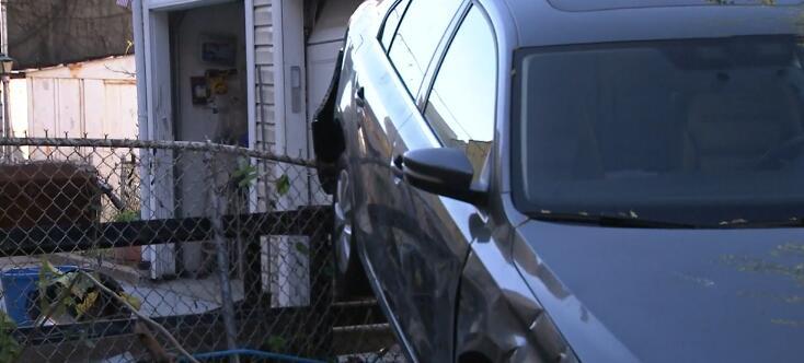 El carro quedó inclinado sobre una verja que frenó su desc...