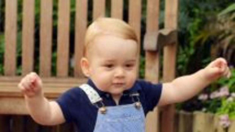 La fotografía oficial del príncipe George caminando.