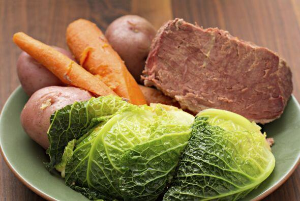 Corta la carne en lascas y sirve con los vegetales y viandas. Tradiciona...
