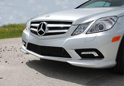 En el frente, el nuevo E Class Coupé 2010 luce una parrilla rediseñada y...