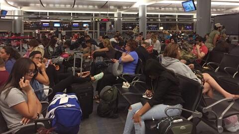 Pasajeros en el aeropuerto McCarran de Las Vegas tras las cancelaciones...