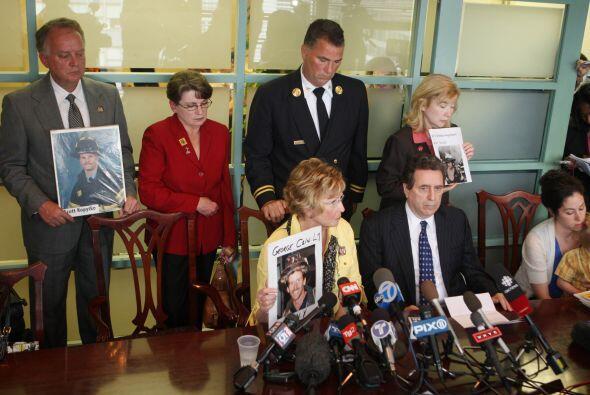 Los familiares mostraron fotos de los seres queridos que perdieron la vi...