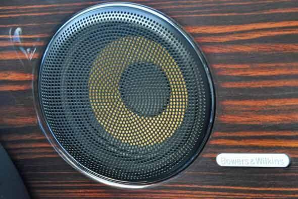 El sistema de sonido es Bowers & Wilkins de 1200 watts.
