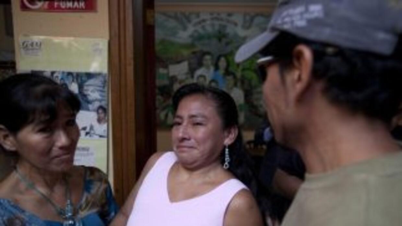 Los hermanos Ofelia, Elsira y Avilio Funez hablan durante su reencuentro...