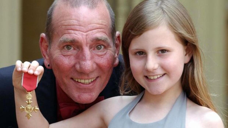 Pete Postlethwaite y su hija Lilly, cuando recibió la Orden del Imperio...