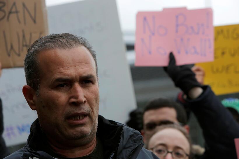 El inmigrante iraquí Hameed Darwish habla a los medios tras ser liberado...