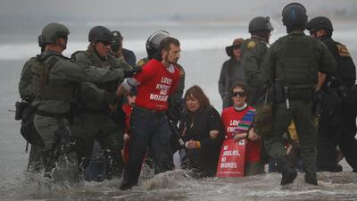Así fueron los arrestos de manifestantes en la frontera en protesta contra el maltrato a los migrantes (fotos)