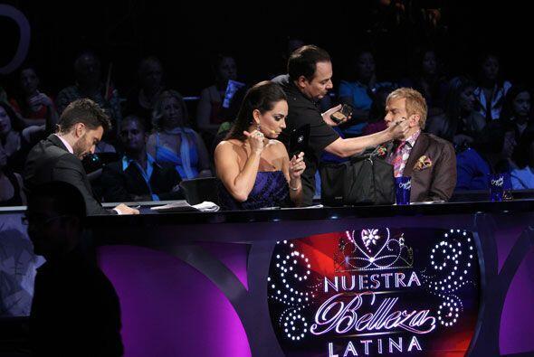 Antes de comenzar el 'show', los jueces optan por darse una 'retocadita'...