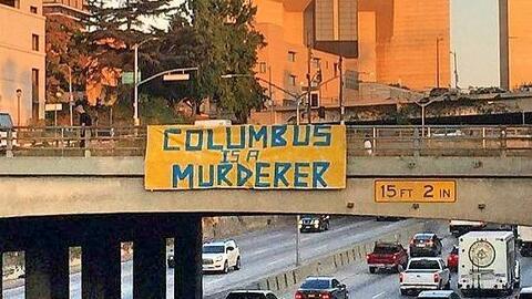 Manta colocada en puente sobre autopista 101 en Los Ángeles.