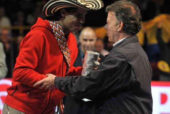 El presidente de Colombia, Juan Manuel Santos entregó el reconocimiento...