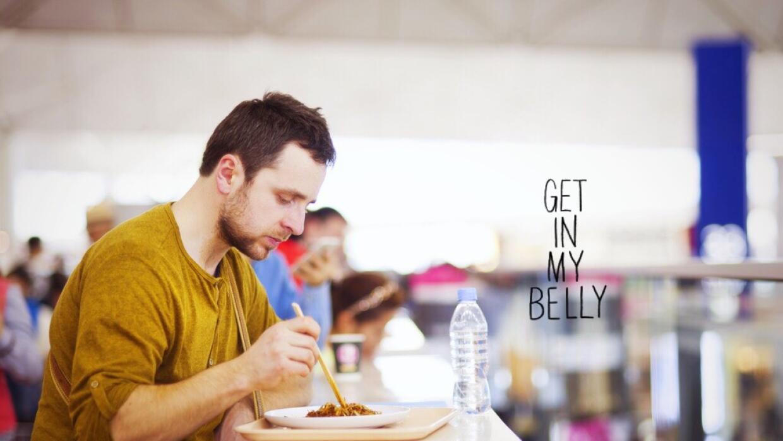 Comiendo en aeropuerto