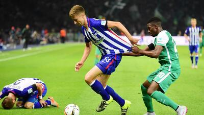 Jens Hegeler cubre el esférico ante la marcar de un defensor del Bremen