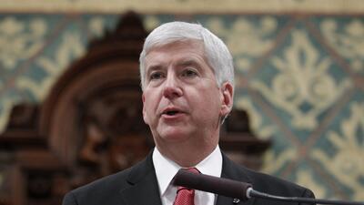 El gobernador de Michigan Rick Snyder ofrece su discurso en un pleno del...