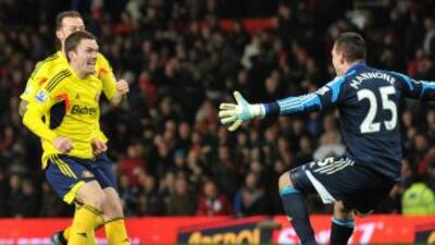 Los jugadores deSunderland celebran luego del penalti fallado por Rafael.