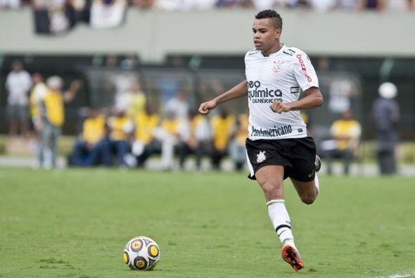Otra de las figuaras del´Timao´, Dentinho llevando el balón.