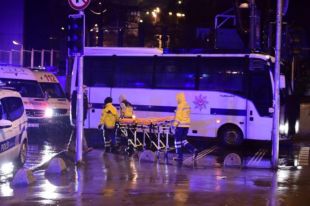Oficiales de las fuerzas especiales turcas y decenas de ambulancias acud...