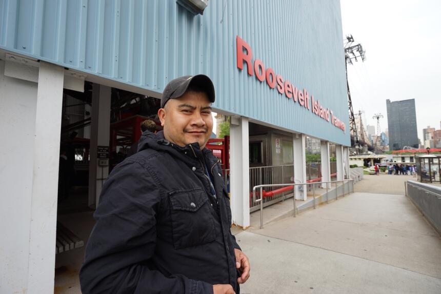 """Gerardo: """"Lo tomo para trabajar porque es más rápido que el tren""""."""