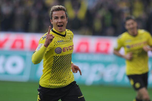 En la media tenemos al jugador del Borussia Dortmund, Mario Götze.