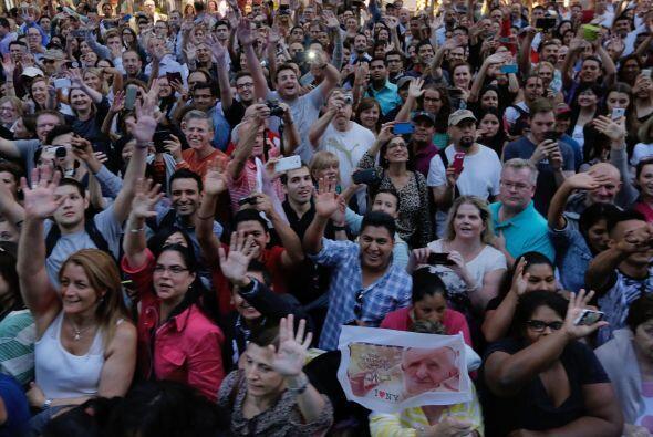 La multitud se arremolinó.
