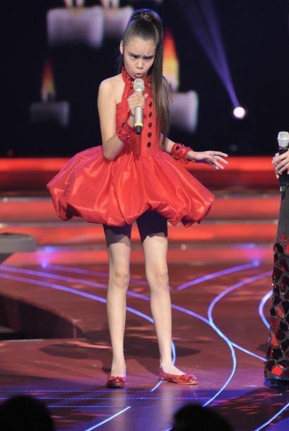 ¡Qué guapa se veía Irlanda con este mini vestido rojo! Fue el complement...