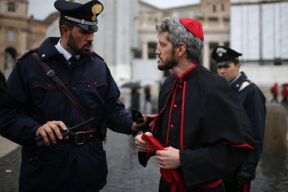 Después, seis cardenales, en nombre de los 207 que conforman el C...