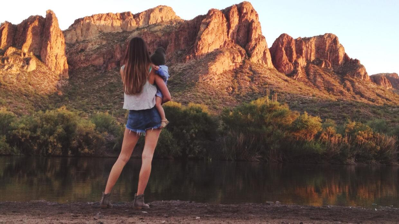 Madre arizonense explora y escala montañas acompañada de su pequeña 1898...