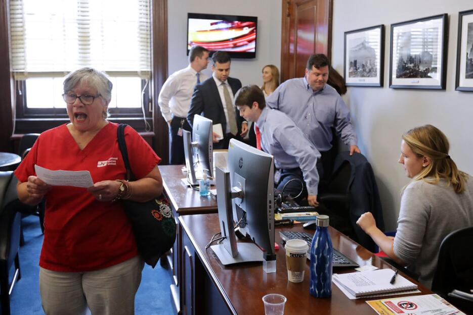 En fotos: Las protestas contra el plan de salud republicano en las ofici...