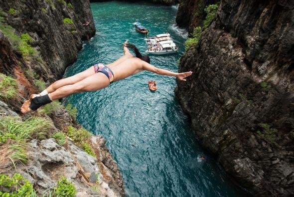 En esta imagen lo vemos lanzarse desde una roca de 20 metros en Wang Lon...