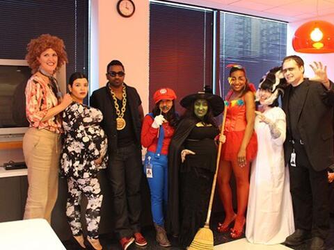 Con todo el espíritu lleno de Halloween, los empleados de Univisi...