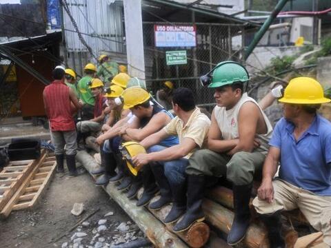 El rescate de dos mineros atrapados a 150 metros de profundidad en una m...
