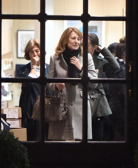 Pippa Middleton eligiendo invitaciones para su boda