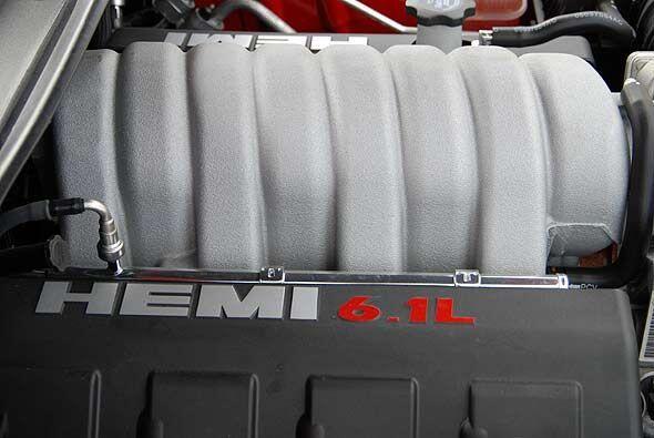 El corazón del Charger es su motor HEMI de 6.1 litros que produce 425 ca...