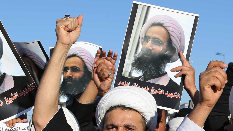 Chiíes iraquíes corean lemas contra el gobierno saudí con carteles que m...