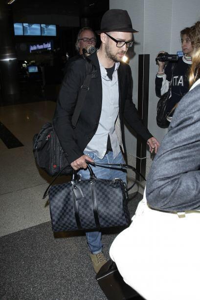 Estilo retro. Un chaleco debajo del saco, un pañuelo en el bolsillo, un...
