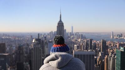 "Un turista francés contempla la vista desde el mirador de ""Top of t..."