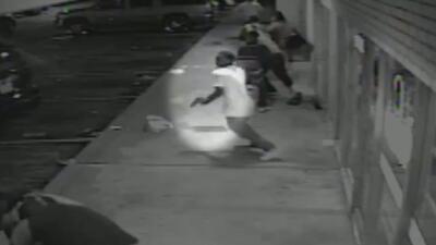 Revelan video de vigilancia con sospechoso del tiroteo del domingo en Fe...